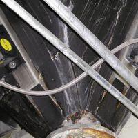 Dos vibradores de turbina NCT montados en una vasija larga.