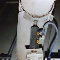 Problema: Material fino se estaba acumulando en las paredes de una tubería. Solución: Un oscilador NTK 25, operado por un reloj automatico, golpeando en la tubería, por 5 segundos/minuto, eliminando que el material se acumulara en las paredes.