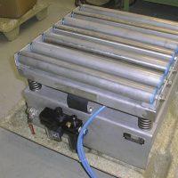 Una pequeña mesa compactadora, compacta cajas con polvo. La unidad que se muestra es una Oscilador NTK 25.